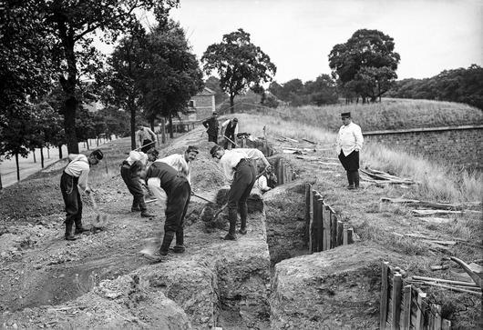 Photo d'hommes construisant des tranchées