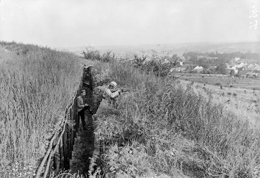 Photo d'une tranchée avec soldats