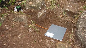 Pose d'un éco-compteur sur un sentier de randonnée pour étudier sa fréquentation