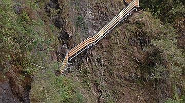 Des travaux vertigineux à flanc de falaise sont réalisés par les équipes ONF. Ici le sentier Augustave