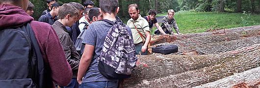 Manuel Huet, technicien forestier territorial, présente aux apprentis son travail de forestier