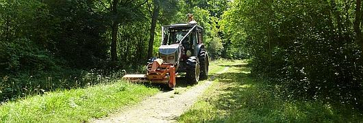 Tracteur Valtra équipé d'un broyeur à l'avant et d'une épareuse à l'arriere