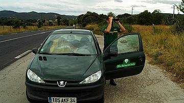 Pour observer ou surveiller, les jumelles sont toujours disponibles dans la voiture
