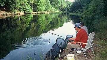 Pour le pêcheur, l'eau n'est pas une surface plate, il voit dans l'eau