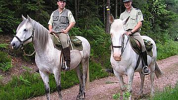 Plus adapté qu'un véhicule, le cheval est idéal pour surveiller et discuter avec le public