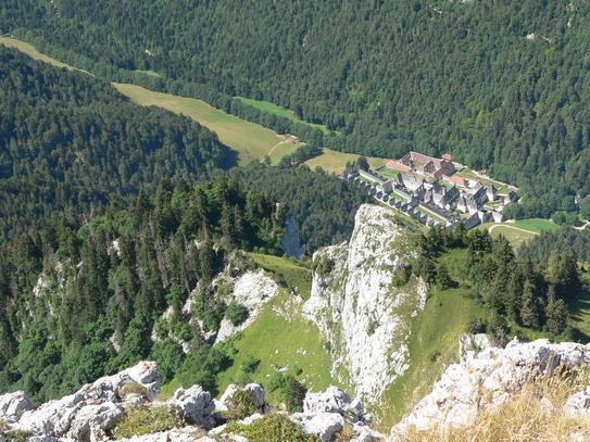 Vue plongeante sur le monastère de la Grande Chartreuse