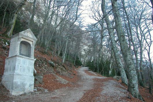 Un oratoire au bord du chemin qui monte à la grotte
