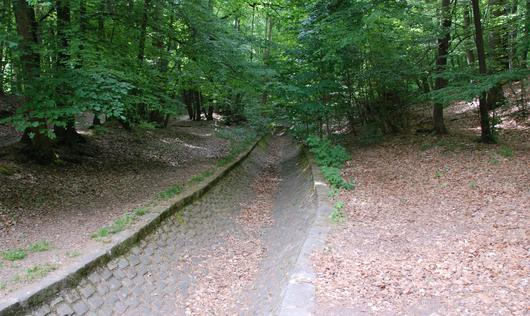 Une grosse rigole empierrée à l'air libre pour amener l'eau au château de Meudon et ses jardins