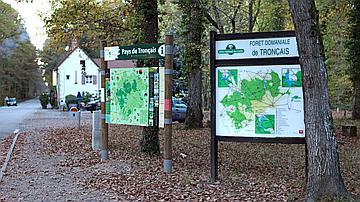 Des panneaux informent le visiteur aux principaux points d'accès à la forêt