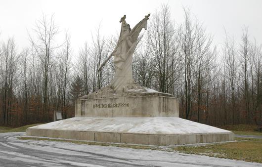 Une statue en forêt à la mémoire des combattants