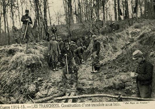 Carte postale historique avec des soldats en train de construire une tranchée sous bois