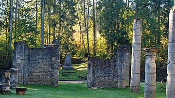 Les sites de mémoire - comme ici la chapelle du village détruit d'Ormes - sont préservés et valorisés