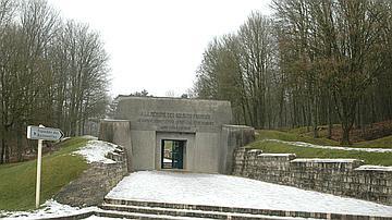 Un imposant monument à la gloire du 137e régiment d'Infanterie complète le site