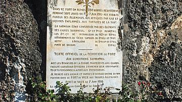 Une plaque commémorative rappelle les actes héroïques des soldats