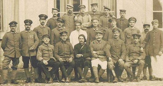 Illustration d'un groupe de prisonniers allemands