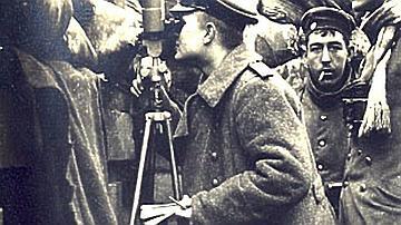 Photo d'un soldat utilisant un périscope