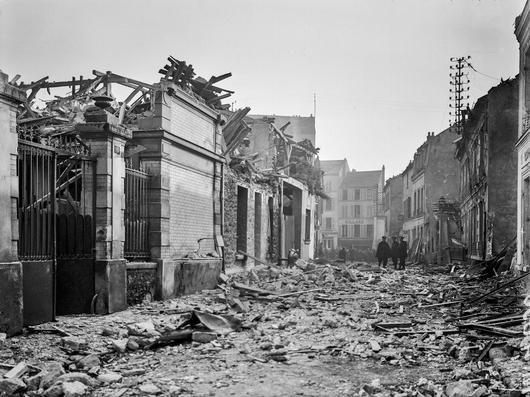 Photo d'une rue bombardée à Fontenay-sous-Bois
