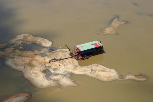 Bargue au milieu d'un fleuve