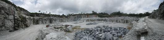 Vue panoramique sur une carrière de granite