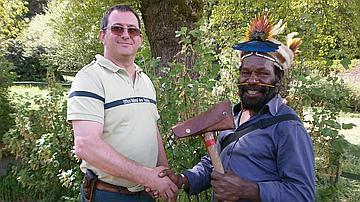 Le chef papou Mundiya Kepanga reçoit des mains du technicien forestier de l'ONF le marteau de l'amitié