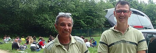 Rodolphe Roger et Julien Touzet encadrent les élèves qui participent au rallye nature