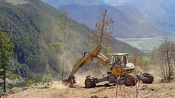 Le chantier a nécessité l'utilisation d'engins tout terrain, comme cette pelle araignée, montée sur quatre « pattes articulées ».