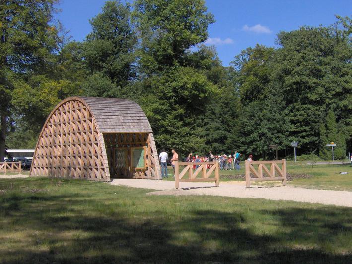 A l'entrée du parc, le kiosque construit par l'atelier Bois d'Alençon