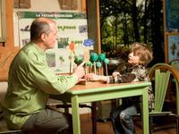 Un forestier attablé avec un enfant dans la salle du centre d'initiation