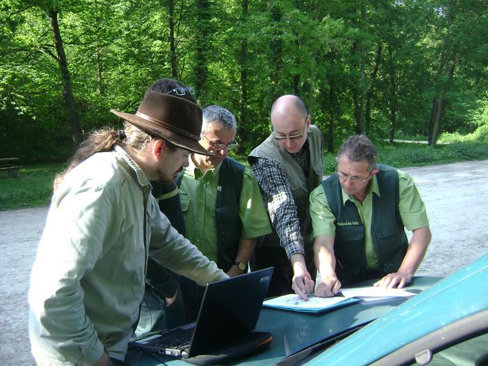 Au départ de la mission, les entomologistes de l'Opie et de l'ONF choisissent les parcelles dans lesquelles les pièges vont être installés pour réaliser l'inventaire