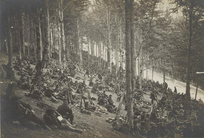 Grâce au couvert que procurent les arbres, la forêt peut se transformer parfois en lieu de repos (Chasseurs alpins au Collet, Vosges, juin 1915)