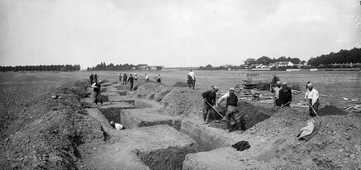 Travail harassant, la construction des tranchées exige une importante main d'œuvre