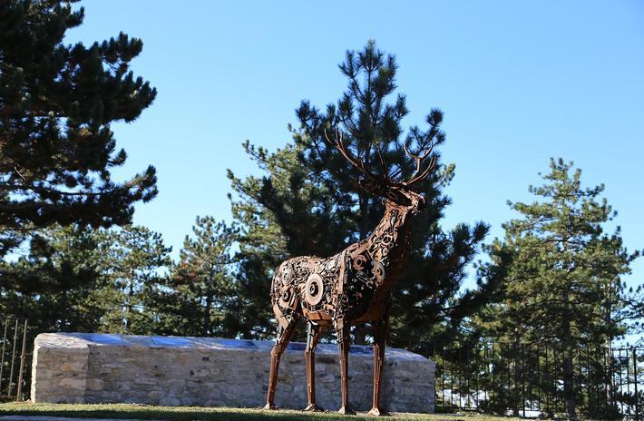 Sur le belvédère se dresse une statue de cerf en métal signée André Debru