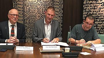 Signature de l'accord créant la convention collective nationale le 5 juin au siège de l'ONF.