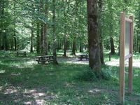 La nouvelle aire de pique-nique a été aménagée avec des mobibliers bois